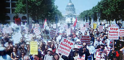 On June 5, 1999 an estimated 10,000 protestors in San Francisco, California marched from U.N. Plaza to Dolores Park in a demonstration against the bombing of Yugoslavia. Photo by Mark Vallen ©.